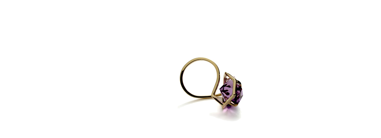 <p><br />Shadow<br />ring<br />18 ct gold, amethist</p>